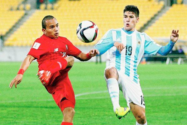 Jesús González (Panamá) y Emiliano Buendia (Argentina) pelean por el balón. (Foto Prensa Libre: EFE).