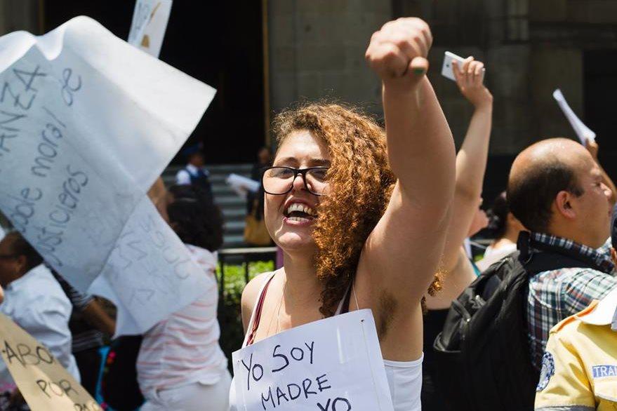 Una mujer grita consignas a favor del aborto, durante una manifestación en al Ciudad de México. (Foto Prensa Libre: AFP).