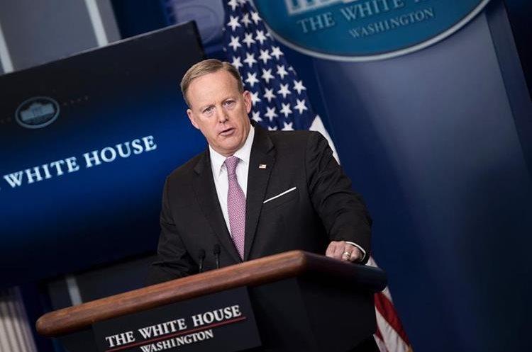 Sean Spicer, portavoz de la Casa Blanca, habla sobre la operación militar en Afganistán. (Foto Prensa Libre: AFP)