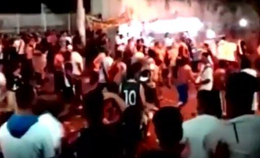 Seguidores del Vasco da Gama y Flamengos se enfrentaron al finalizar el encuentro. (Foto Prensa Libre: Captura de Pantalla Youtube)