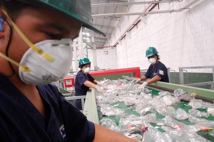 En las platas de Ingrup se reciclan 1.6 millones de botellas de plástico al día. (Foto Prensa Libre: cortesía Ingrup)