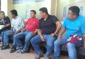 Los detenidos de izquierda a derecha, Joel Antonio Choc, Juan Pablo Quixaj, Roberto Boteo y Milton Geovany Alvarez. (Foto Prensa Libre: Rigoberto Escobar)