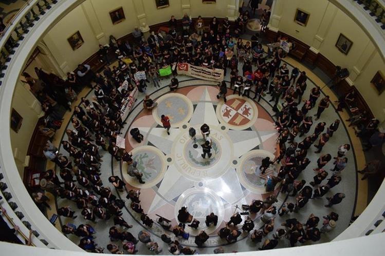 """Numerosas asociaciones muestran su desacuerdo con El proyecto de ley SB4 que prohibirá las """"ciudades santuario"""" en el auditorio de Austin."""