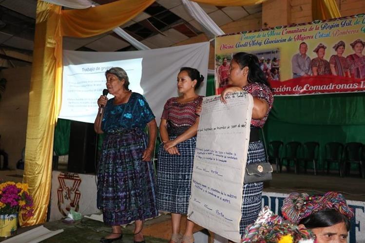 Comadronas se reúnen en Nebaj, Quiché, para discutir la discriminación de la que son víctimas en hospitales (Foto Prensa Libre: Héctor Cordero)