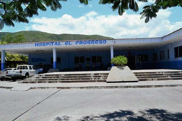 La menor fue trasladada al Hopital Nacional de El Progreso donde fue estabilizada para luego ser enviada a la capital. (Foto Prensa Libre: Hugo Oliva)