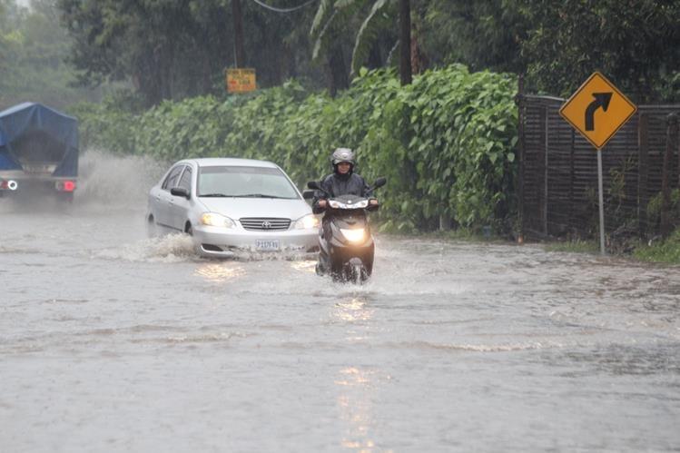 Inundación afecta el paso de vehículos en la ruta entre Antigua Guatemala y Ciudad Vieja, Sacatepéquez. (Foto Prensa Libre: Miguel López)
