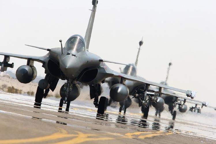 Aviones franceses que prestan apoyo a la coalición internacional en operaciones de Oriente Medio. (Foto Prensa Libre: AFP).