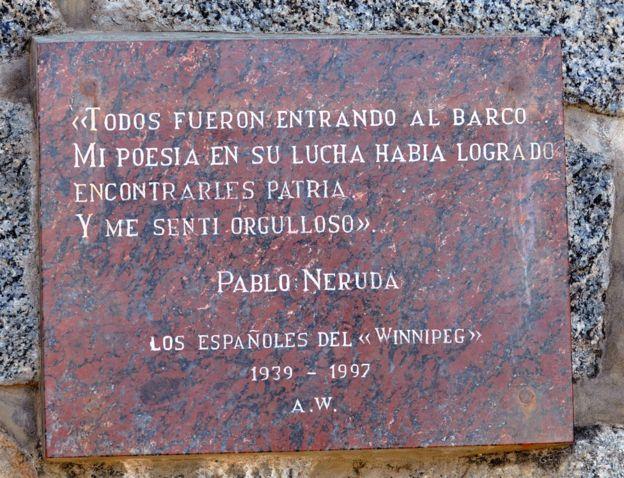 Aunque Neruda falló en su intento de ayudar a Freud, pocos años después logró que se le diera asilo a 2.2000 refugiados españoles que llegaron en el carguero francés Winnipeg. A ellos, les dedicó el poema que puede verse en esta placa en su residencia de Isla Negra.GETTY IMAGES