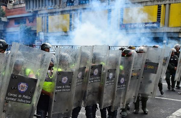 Fuerzas de seguridad se enfrentan con manifestantes en Caracas, Venezuela. (AFP).