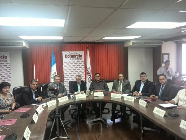 Miembros de la Cámara de Comercio en rueda de prensa.