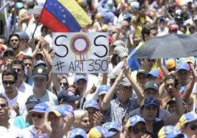 Manifestantes marchan contra el gobierno de Maduro en Chacao, al este de Caracas.(Foto Prensa Libre:AFP).