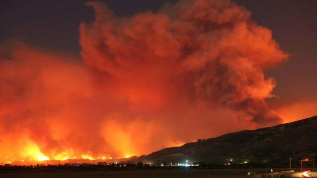 El fuego se ha extendido por las montañas del suroeste de California, pero ya están alcanzando algunas poblaciones. REUTERS