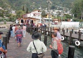 Turistas utilizan uno de los muelles instalados en Santa Catarina Palopó, Sololá. (Foto Prensa Libre: Ángel Julajuj)