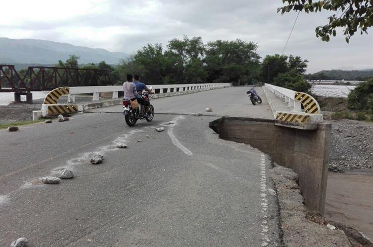 El puente en El Jícaro, Jalapa, que une al municipio con Zacapa, se encuentra dañado. (Foto Prensa Libre: Hugo Oliva).