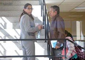 Claudia Ávila, gobernadora de Quetzaltenango, conversa con su padre, Roderico Ávila Rojas, en el Segundo Registro de la Propiedad, durante visita, el miércoles último. (Foto Prensa Libre: Carlos Ventura)