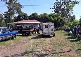 Autoridades recaban evidencias en un predio en Malacatán, donde dos personas fueron atacadas a balazos. (Foto Prensa Libre: Alexánder Coyoy)