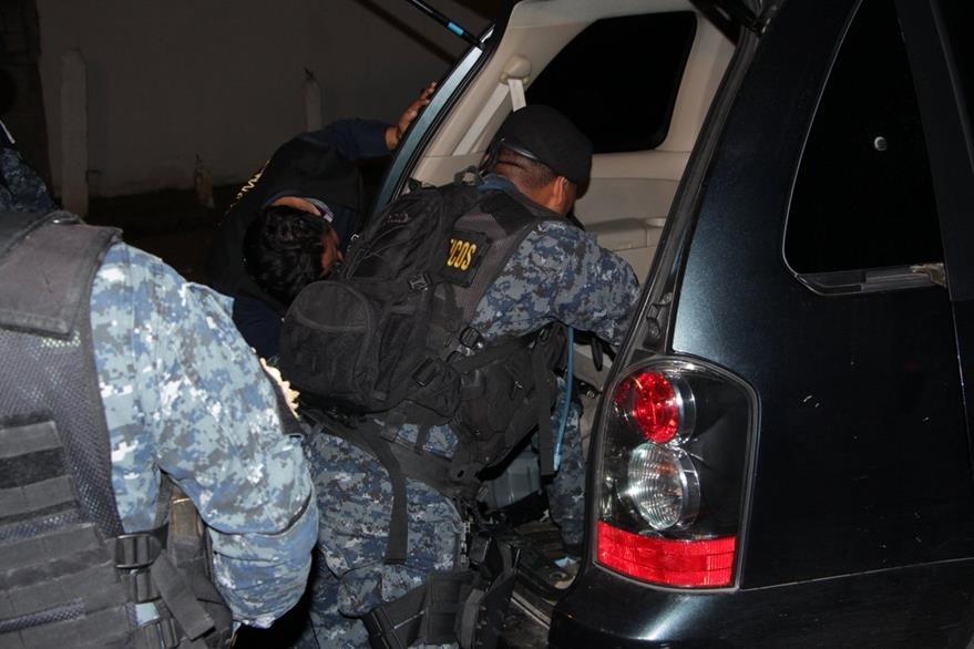 En la zona 3 de Mixco se localizó en el doble fondo de un vehículo 76 kilos de cocaína. (Foto Prensa Libre: PNC)