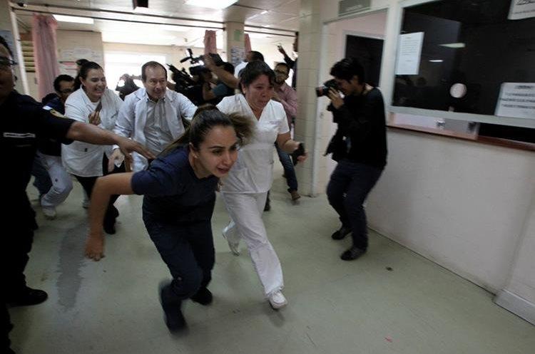 Fotografía de Carlos Hernández, sobre el ataque armado en el Hospital Roosevelt para la liberación de un reo, fue la ganadora del segundo lugar de la categoría.