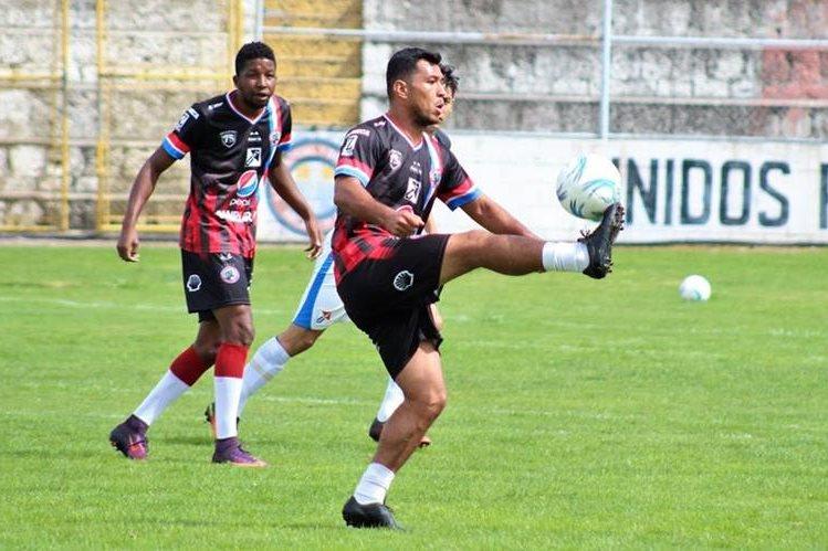 Mario Castellanos domina el balón en el duelo amistoso que sostuvieron frente a Deportivo Totonicapán. (Foto Prensa Libre: Raúl Juárez)