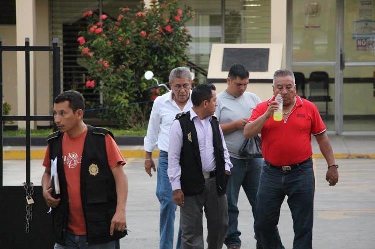 Maximino Gómez, asesor de Manuel Barquín, es trasladado al complejo judicial de San Benito, Petén, luego de su detención la tarde de este miércoles. (Foto Prensa Libre: Rigoberto Escobar)