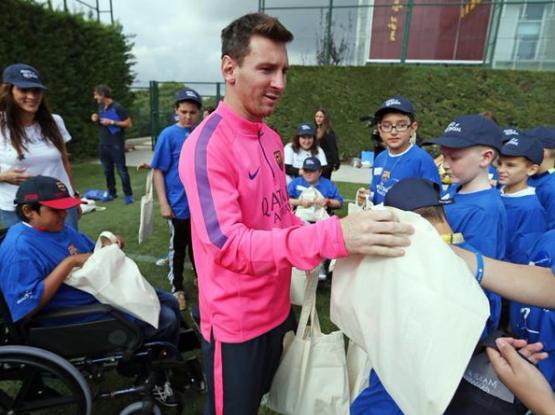 Lionel Messi comparte con los niños de la fundación. (Foto Prensa Libre: cortesía El Mundo Deportivo).