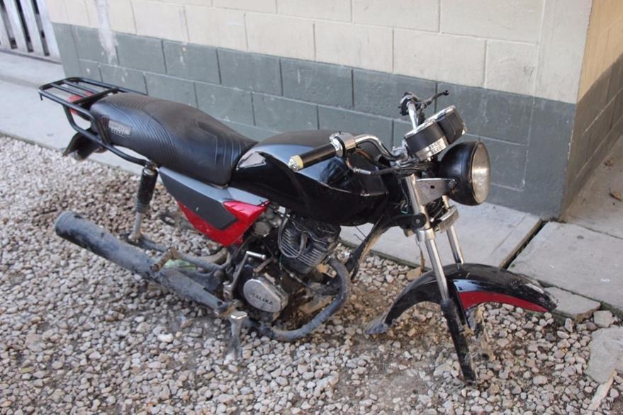Motocicleta Larios desmantelaba cuando fue aprehendido. (Foto Prensa Libre: Manuel Romero)