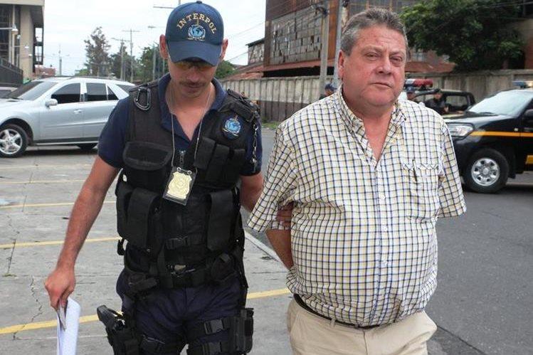 Fernando Alonso Ochoa Restrepo, de 57 años, buscado por Interpol por narcotráfico fue detenido en el aeropuerto La Aurora. (Foto Prensa Libre: PNC)