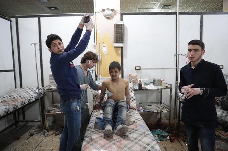 Uno de los heridos por ataque de armas químicas en guerra civil siria. (AFP)