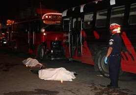 Dos hombres murieron en un ataque armado la noche del sábado en la colonia el Milagro zona 6 Mixco (Foto Prensa Libre: Bomberos Municipales)