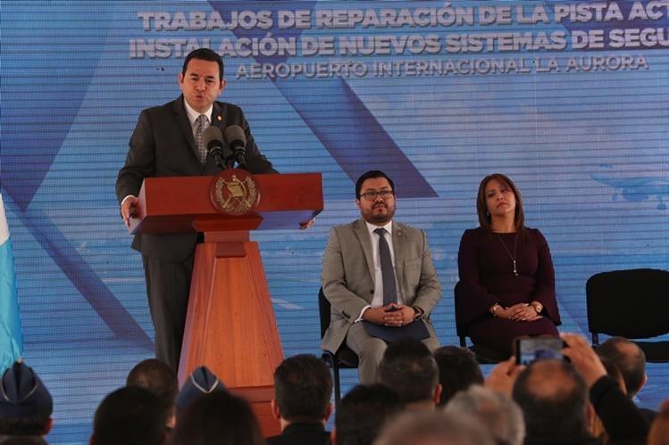 El presidente Jimmy Morales se dirige a los invitados al acto de entrega del remozamiento de la pista de aterrizaje del Aeropuerto Internacional la Aurora. (Foto Prensa Libre: Estuardo Paredes)
