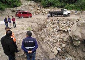 Paso de riesgo sobre el cerro Lec, donde las lluvias han causado el desprendimiento de material. (Foto Prensa Libre: Ángel Julajuj)