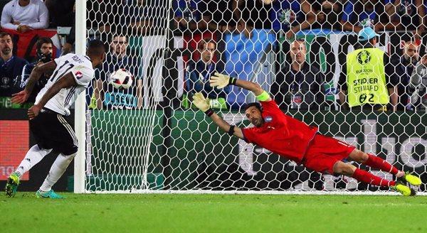 Buffon se despidió de la Euro, luego de que Italia perdiera contra Alemania. (Foto Prensa Libre: EFE)