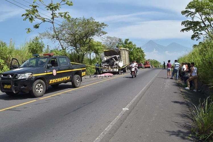 El conductor de un camión murió en el km 101 de la Ruta Nacional 14, en Escuintla. (Foto Prensa Libre: Enrique Paredes)