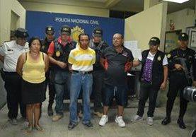 Sindicados de haber participado en la muerte de dos féminas en Zacapa son trasladados por la PNC. (Foto Prensa Libre: Víctor Gómez)