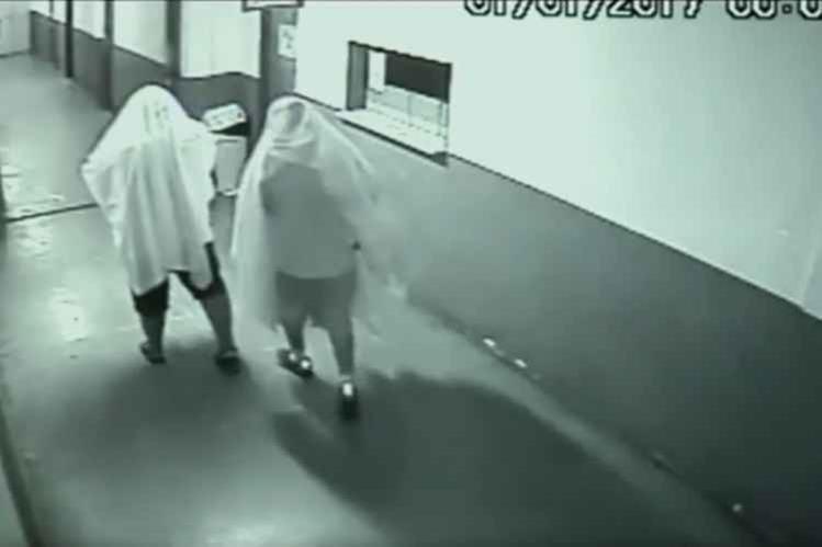 Video capta a dos exconcejales vestidos de fantasmas para robar en el ayuntamiento de Novo Gama.