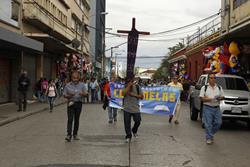 El Viacrucis de la Indignación recorre este sábado diversas calles y avenidas del Centro Histórico. (Foto Prensa Libre: Paulo Raquec)
