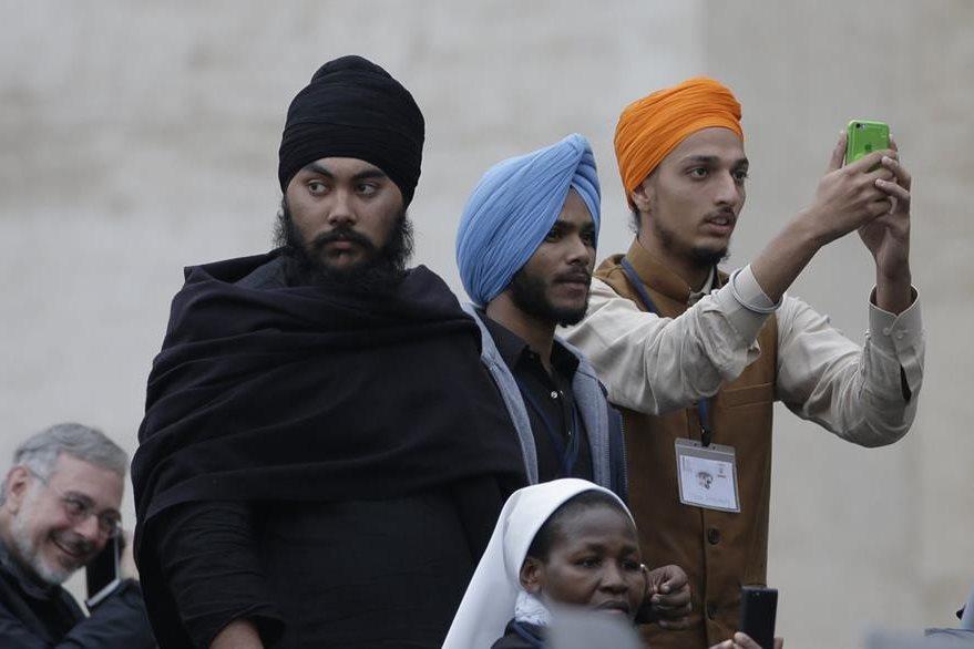 Líderes y representantes de otras religiones aprovechan para tomar una fotografía al Pontífice. (Foto Prensa Libre: AP).