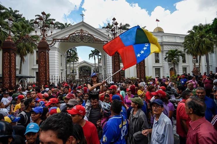 Manifestantes chavistas protesetan frente a la sede de la Asamblea Nacional de Venezuela. (Foto Prensa Libre: AP).