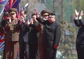 El líder norcoreano, Kim Jong-un, saluda durante la inauguración de un nuevo proyecto residencial e en Pionyang. (Foto Prensa Libre: EFE)