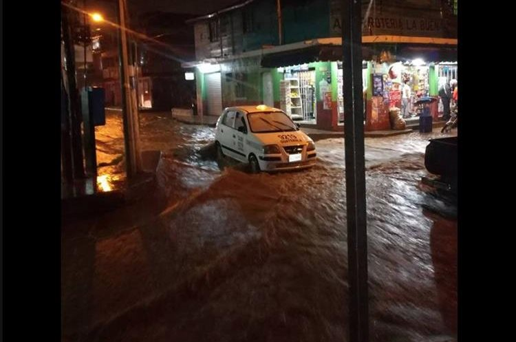 Inundación en Boca del Monte. (Foto Prensa Libre: Alex Alvarez).