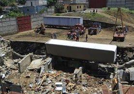 La acumulación de agua en el predio provocó que el muro de contención cayera sobre varias viviendas en Santa Isabel 2, Villa Nueva. (Foto Prensa Libre: HemerotecaPL)