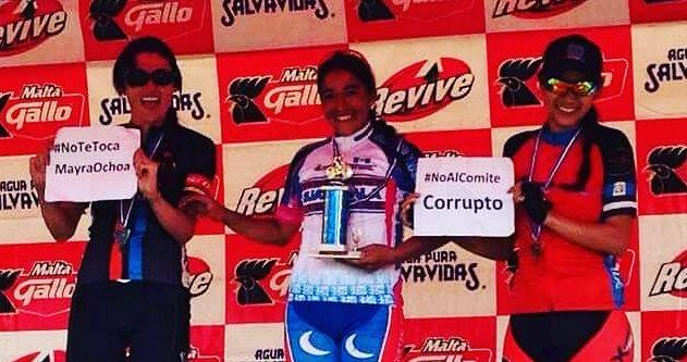 Las ciclistas muestran su molestia por las elecciones en la premiación del Campeonato de Montaña. (Foto Prensa Libre: Redes Sociales