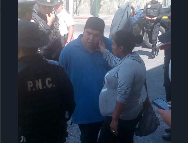 La pareja tenía una orden de captura por extorsión. (Foto Prensa Libre: PNC).