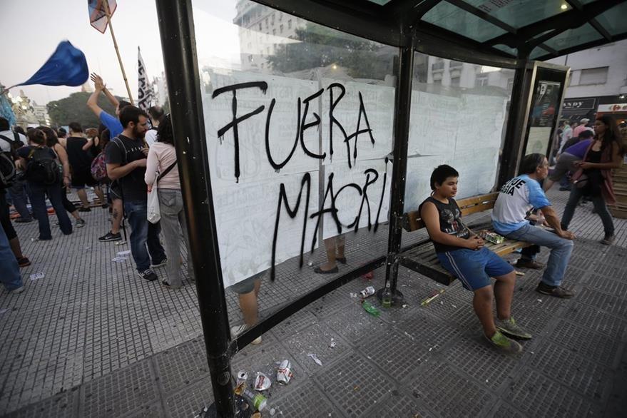 """""""Fuera Macri"""" se lee en una de las paradas de autobús de Buenos Aires. (Foto Prensa Libre: AP)."""
