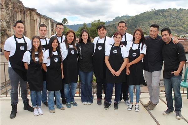 <p>Los participantes del reality show, junto a algunos de los chefs que los evaluarán en los desafíos. (Foto Prensa Libre: Archivo)</p>