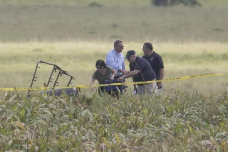 Autoridades inspeccionan una parte del globo aerostático siniestrado en Texas, EE. UU. (Foto Prensa Libre: AP).