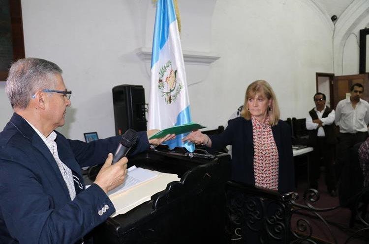 Gustavo Parada, lee las peticiones donde exigen la pronta acción de la administración municipal. (Foto Prensa Libre: Renato Melgar)