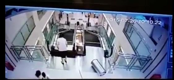 La madre del niño es triturada por las escaleras eléctricas. (Foto Prensa Libre: YouTube)