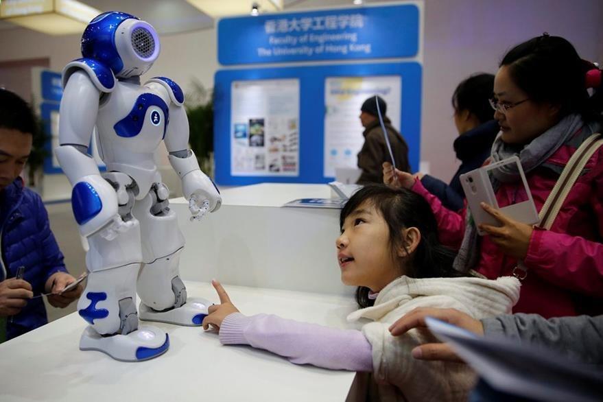 Una niña observa un robot en la Conferencia Mundial de Robots en Pekín, China. (Foto Prensa Libre: EFE)