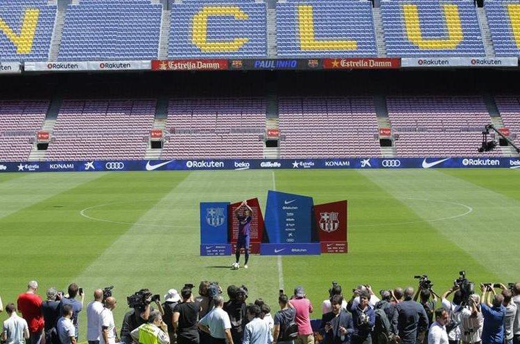 Aficionados asistieron al Camp Nou para la presentación de Paulinho. (Foto Prensa Libre: AP)